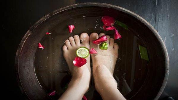 Полезно ли парить ноги при высокой температуре