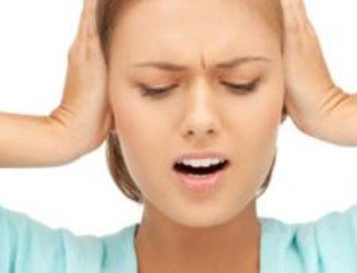 Щелкает и клацает в ухе – причины, что делать, как лечить